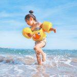 дівчинка на морі